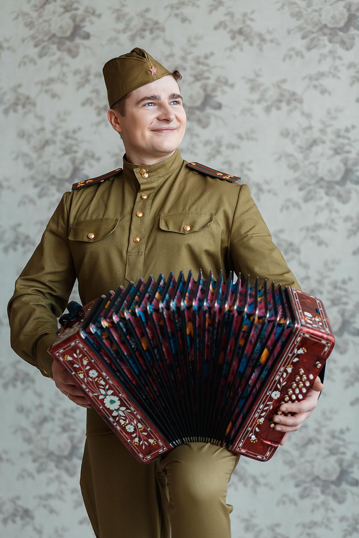 Солдат с гармошкой открытка